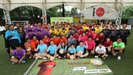 "CHEVROLET จัดแข่งขันฟุตบอลกระชับมิตรต้อนรับพรีเมียร์ลีกฤดูกาลใหม่ กรุงเทพฯ – คณะสื่อมวลชนไทยร่วมแข่งขันฟุตบอลกระชับมิตร ""เชฟวี่ เฟรนด์ลี่ ฟุตบอล คัพ"" (Chevy Friendly Football Cup) ซึ่งจัดขึ้นเป็นครั้งแรกที่สนามอารีน่า 10 กรุงเทพฯ เมื่อวันที่ 16 สิงหาคมที่ผ่านมา พร้อมกับร่วมเฉลิมฉลองเปิดฤดูกาลแข่งขันฟุตบอลพรีเมียร์ลีกอังกฤษ และในโอกาสที่โลโก้เชฟโรเลตขึ้นบนหน้าอกเสื้อแข่งของทีมแมนเชสเตอร์ ยูไนเต็ดเป็นปีแรกจากทั้งหมดเจ็ดปี การแข่งขันครั้งนี้มีทีมสื่อมวลชนเข้าร่วมทั้งหมดแปดทีม ประกอบด้วยสื่อมวลชนกว่า 80 คน โดยในรอบชิงชนะเลิศไม่มีทีมใดสามารถทำประตูได้ในเวลาการแข่งขัน ก่อนที่ทีม ""คืนความสุข เอฟซี""..."