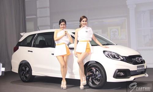 ใหม่ Honda Mobilio 2014-2015 ราคา ฮอนด้า โมบิลิโอ ตารางราคา-ผ่อน-ดาวน์ All-New Honda Mobilio เพื่อชีวิตยุคใหม่ที่ใหญ่กว่า เปิดประสบการณ์ครั้งใหม่ สู่คำตอบสำหรับทุกไลฟ์สไตล์ ฮอนด้า โมบิลิโอ ใหม่ ให้คุณใช้ชีวิตได้มากกว่าเคย ด้วยมิติขนาดใหญ่ทุกด้าน ดีไซน์สปอร์ตทันสมัยโดดเด่นทุกมุมมอง พร้อมห้องโดยสารกว้างขวางนั่งสบายทุกตำแหน่ง คล่องตัวทุกการใช้งานด้วยเบาะนั่งปรับพับได้ เติมเต็มความสุขด้วยพื้นที่ใช้สอยอเนกประสงค์ รองรับทุกสัมภาระสำหรับกิจกรรมหลากหลาย สะดวกสบายลงตัวทุกความต้องการ ฮอนด้า โมบิลิโอ ใหม่ นี่แหละ…คำตอบของชีวิตยุคใหม่ที่ใหญ่กว่า Honda...