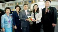 """พล.อ.อ. ประจิน จั่นตอง รัฐมนตรีว่าการกระทรวงคมนาคม และหัวหน้าฝ่ายเศรษฐกิจ คสช. เยี่ยมชมบูธ HONDA ในงาน Thailand Industry Expo 2014 กรุงเทพฯ วันที่ 5 กันยายน 2557 – พลอากาศเอกประจิน จั่นตอง (กลาง) รัฐมนตรีว่าการกระทรวงคมนาคม และหัวหน้าฝ่ายเศรษฐกิจ คณะรักษาความสงบแห่งชาติ (คสช.) ให้เกียรติเยี่ยมชมบูธฮอนด้าภายในงาน """"Thailand Industry Expo..."""