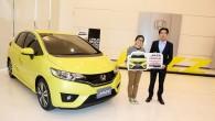 """HONDA มอบรถยนต์ HONDA JAZZ ใหม่ ให้แก่ผู้ชนะเลิศ การประกวดคลิปวิดีโอ """"#MULTIFUNLIFE with All-new Honda Jazz กรุงเทพฯ วันที่ 18 กันยายน 2557 – บริษัท ฮอนด้า ออโตโมบิล (ประเทศไทย) จำกัด โดยนายสมภพ ปฏิภานธาดา ผู้จัดการทั่วไปส่วนการตลาด มอบรางวัลรถยนต์ฮอนด้า แจ๊ซ ใหม่ รุ่น..."""