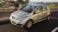 """เผยรถพลังงานทางเลือกแบบ """"Mercedes' B-Class F-Cell"""" ทดสอบไปแล้วกว่า 300,000 กิโลเมตร Mercedes-Benz ค่ายรถยนต์หรูชื่อดังก้องโลกนั้นล่าสุดได้ประกาศอย่างเป็นทางการแล้วว่ารถแบบ """"B-Class F-Cell experimental vehicle"""" ของพวกเขานั้นได้ทำการวิ่งรวมทั้งหมดเป็นระยะทางกว่า 300,000 กิโลเมตร (186,411 ไมล์) แล้วภายในสภาพอากาศแตกต่างกัน โดยนับเป็นความสำเร็จหลังการทดสอบอย่างหนักหน่วงจากทางทีมงานของ Daimler AG ตลอดหลายปีที่ผ่านมาก่อนออกขาย เจ้ารถพลังงานใหม่คันนี้เคยได้รับรางวัลอย่าง f-cell Award 2014 และ Fuel Cell..."""