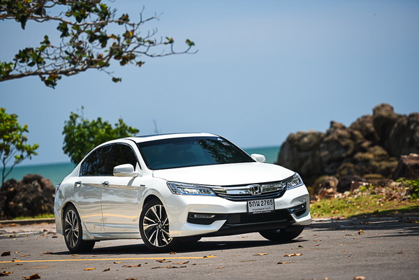 2016-Honda-Accord-Hybrid-TECH_4
