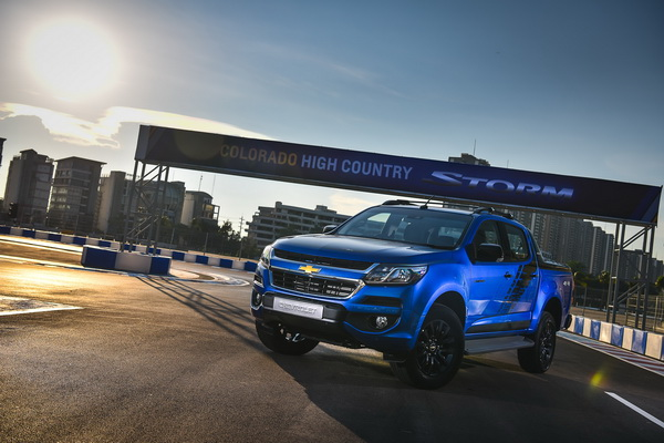 2017-Chevrolet-Colorado-High-Country-STORM_2