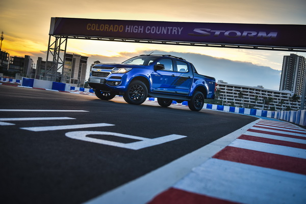 2017-Chevrolet-Colorado-High-Country-STORM_5