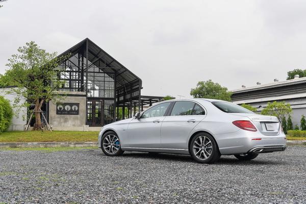 2017-Mercedes-Benz-E350e_03