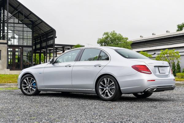 2017-Mercedes-Benz-E350e_08