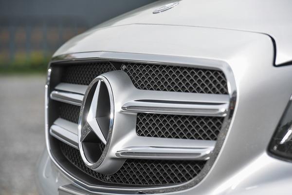 2017-Mercedes-Benz-E350e_30