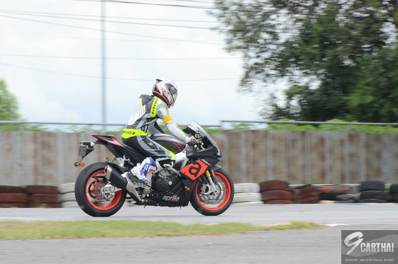 Pon-RSV4_RR-Ride-Position_2